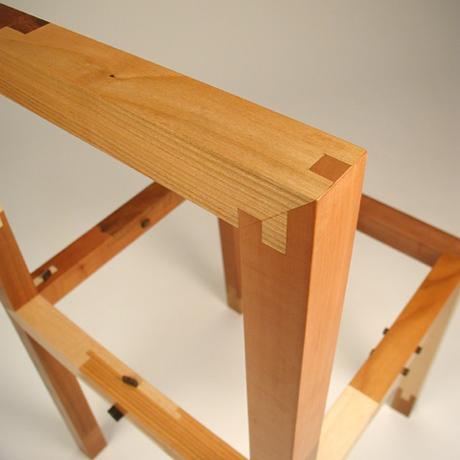 Stolen er lavet af samlinger og kan deles op