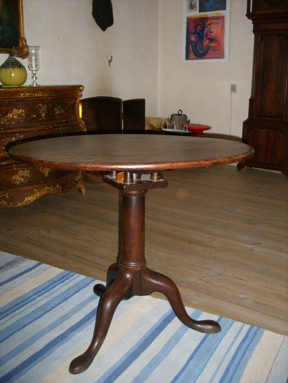 Bordet ser umiddelbert fint ud men benene er mege løse