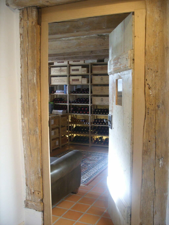 Gammel dør fra huset er restaureret og brugt til rummet