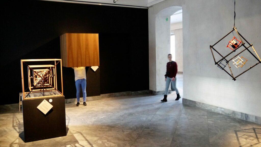 Kube i kube i kube i samme rum som John Bøge og Anders Lunderskov
