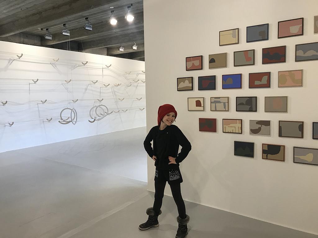 Selma foran Leise malerier og Hvid bane
