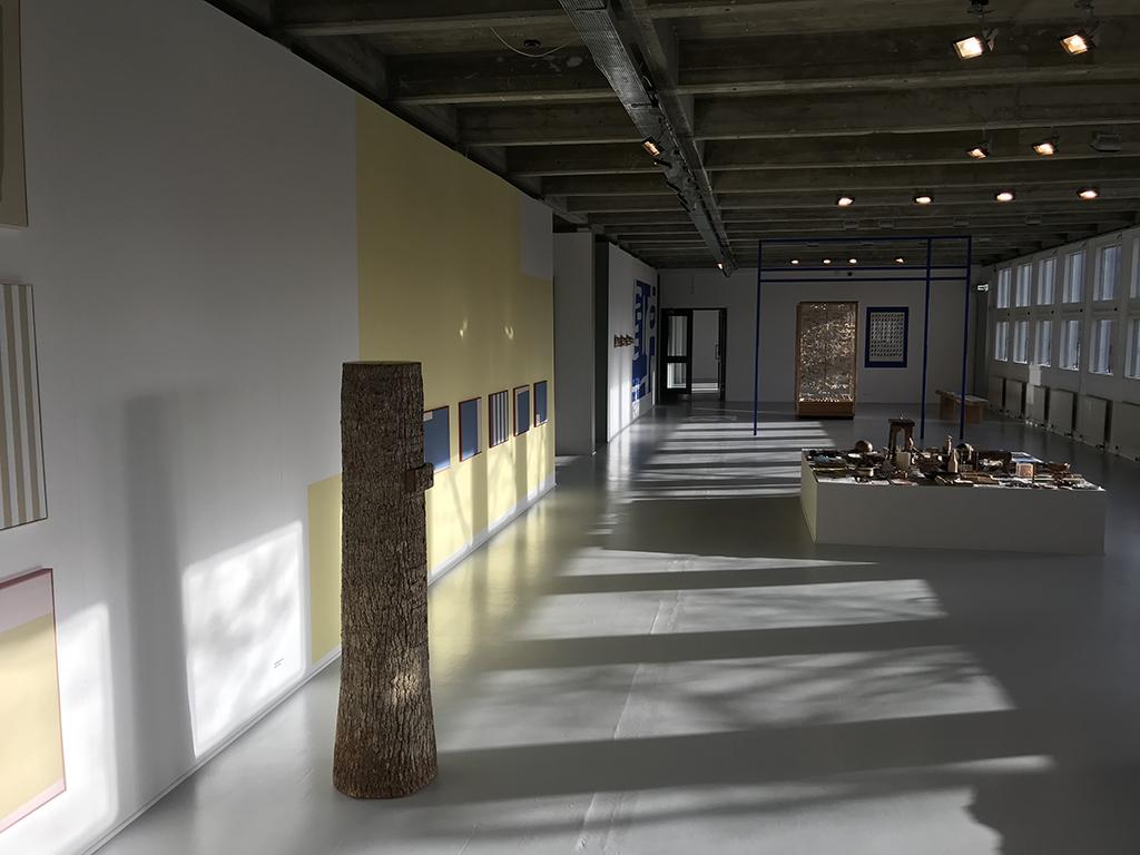 Træstamme i udstilling