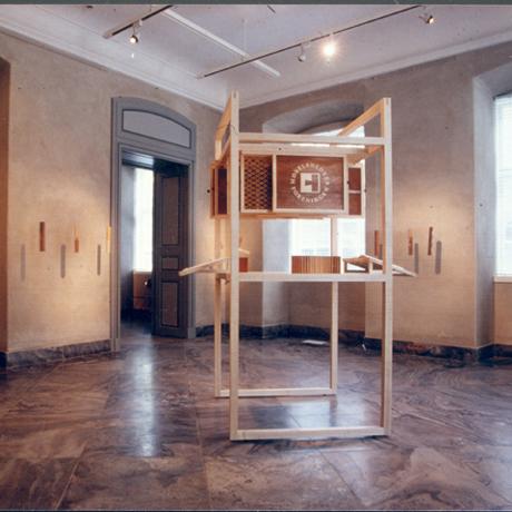 Midtermøbel med intarsia og racerbane og samlinger hængende til berøring