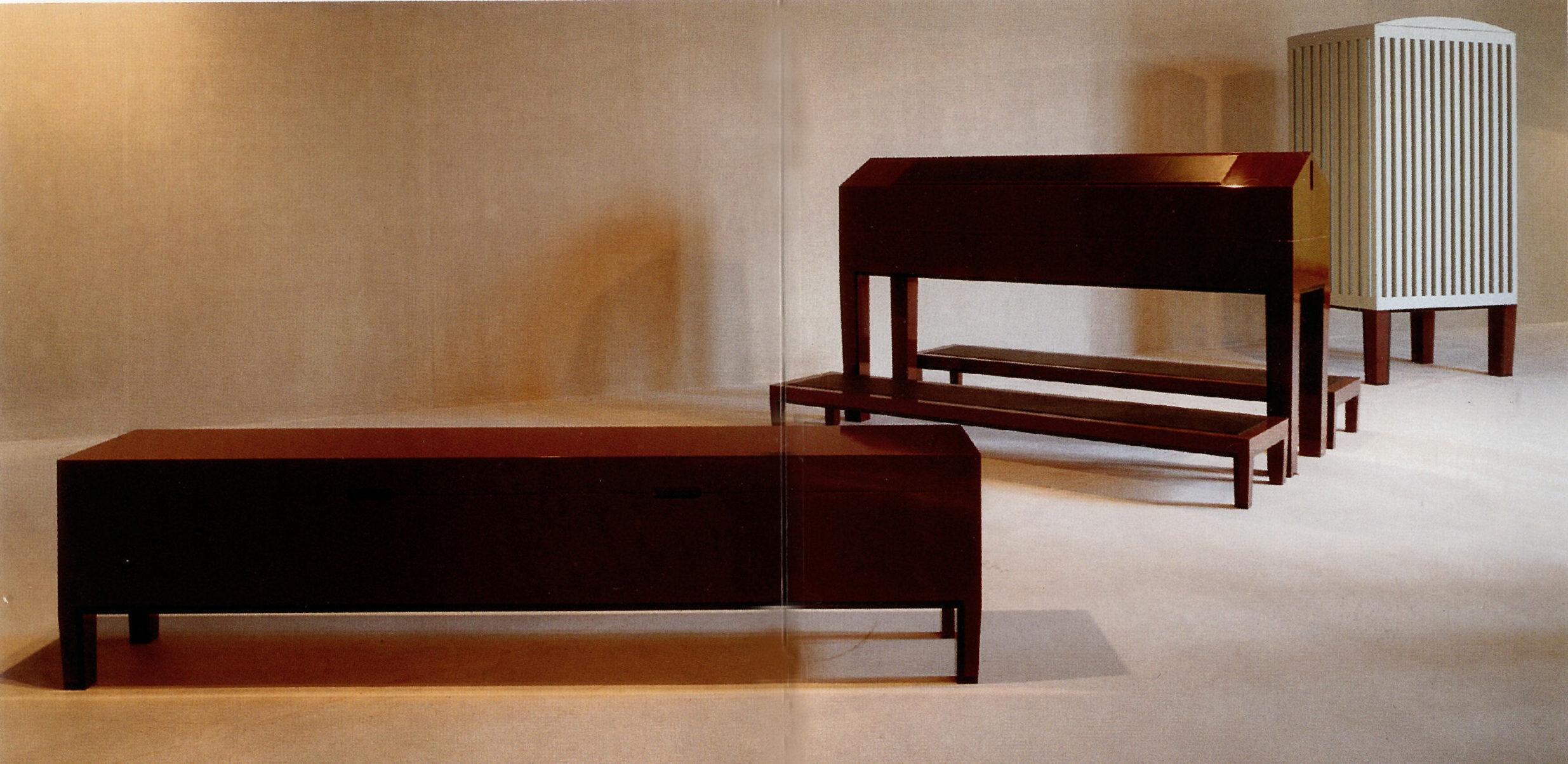 """Objekter, 3m lang bænk, meget høj skrivepult, 4m højt skab til udstillingen """"CHAMBRE"""" på Arken, Ishøj. Ved Poul Ingemann & Ingvar Cronhammer"""