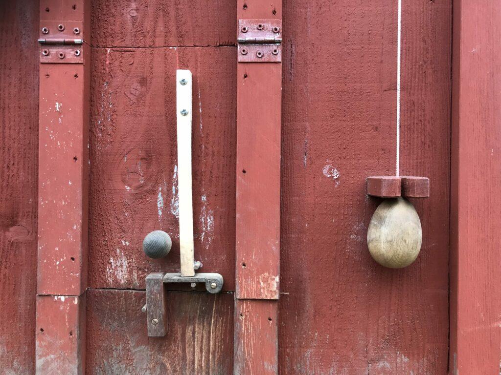 Special lås til hønsehuset så Ziggy ikke kan åbne den
