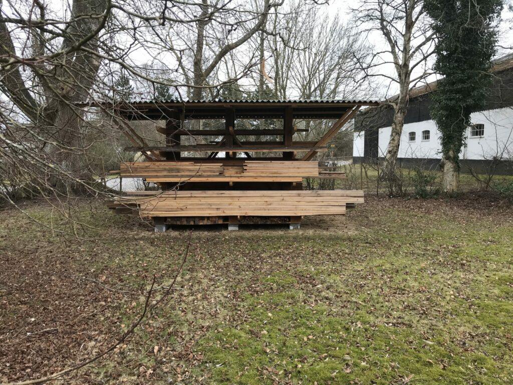 Overdækkede hylder til opbevaring af træ i haven