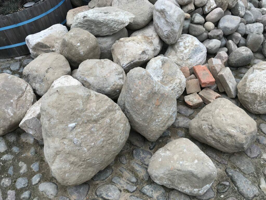 Sten som bliver fjernet for at gøre plads til gulvvarme