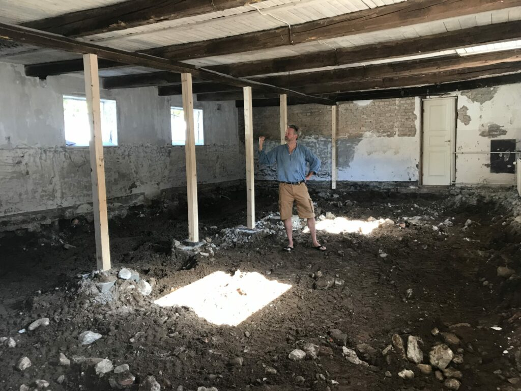 Ny stolper til at holde taget. gammel halm tynger bjælkerne og blev flyttet væk