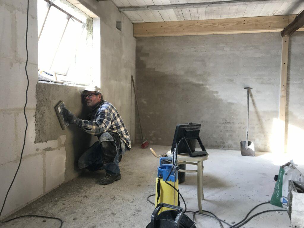 varmeisolering af murene efterpudses
