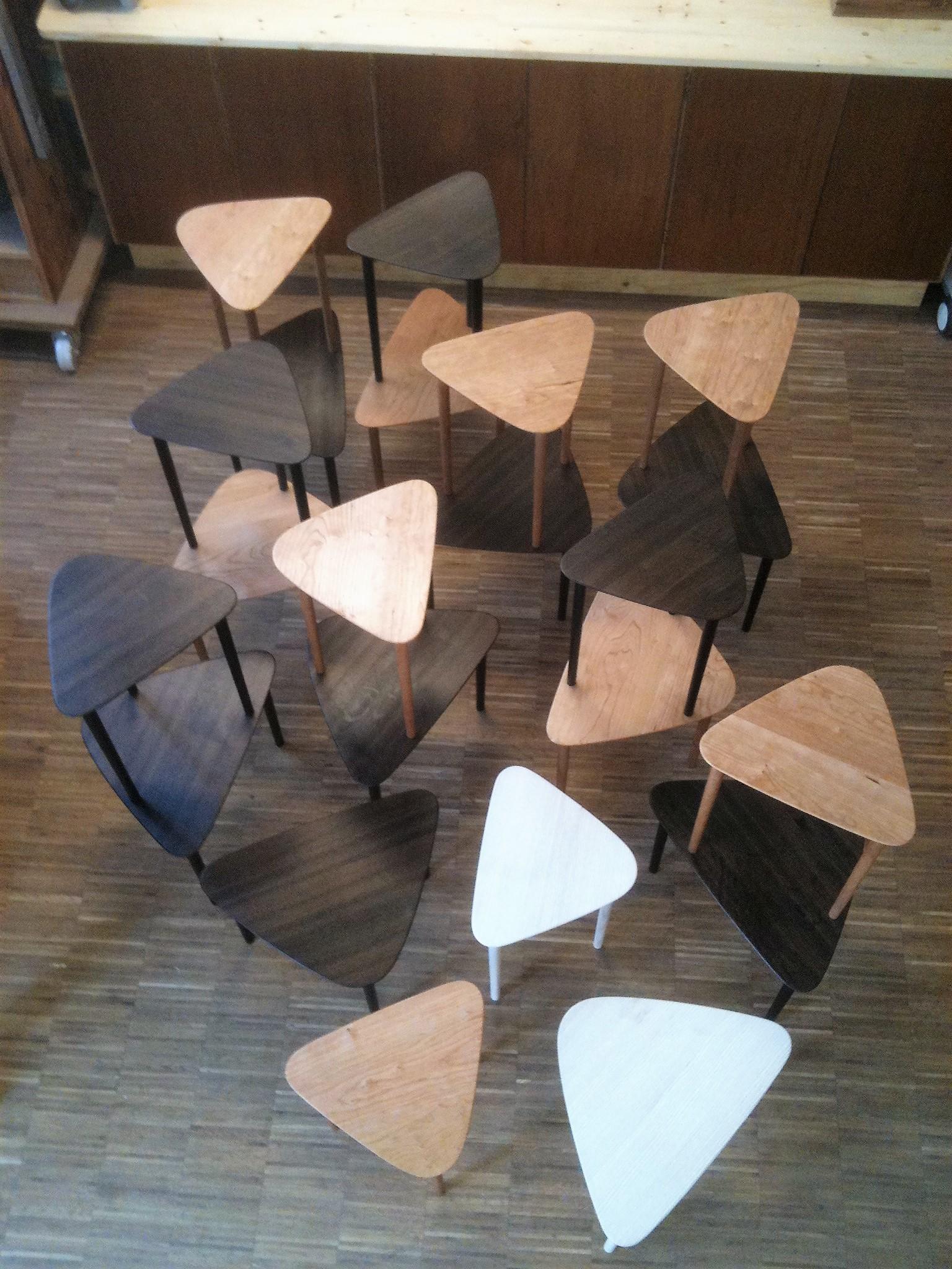 Trekantsbord udført i forskellige træsorter til firsørsalen