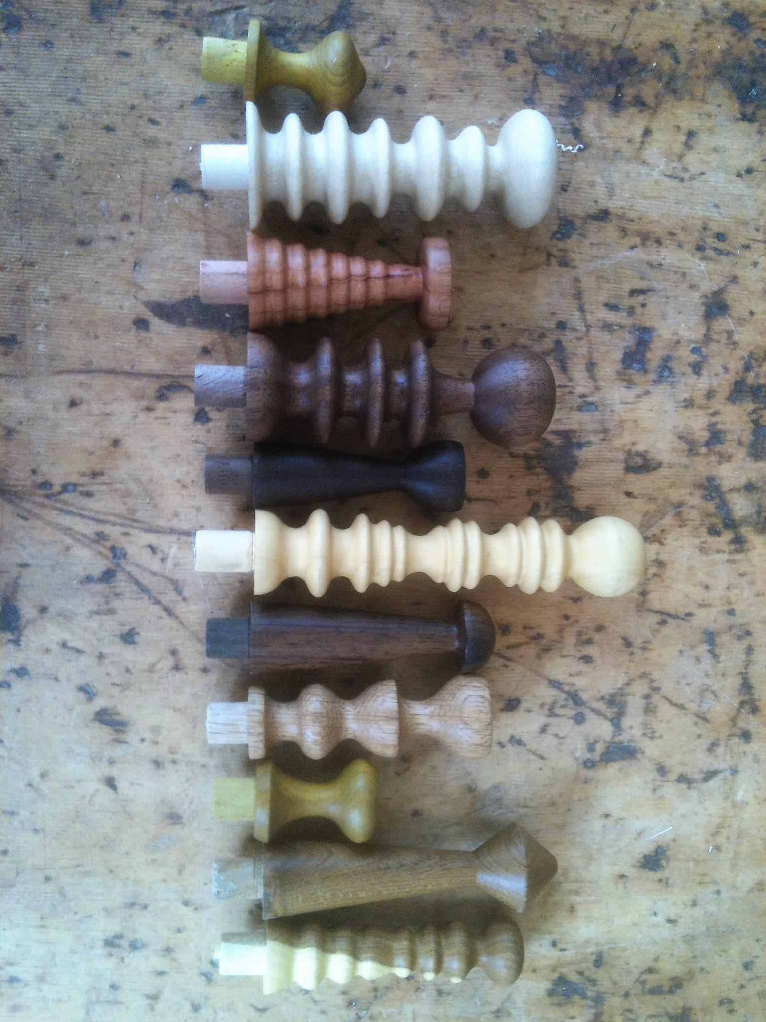 Drejede knager i forskellig form og træsort