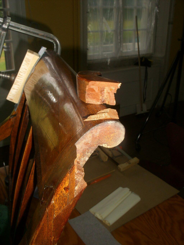 En slem skade på kopstykket af stol