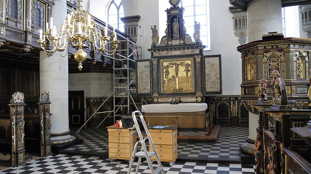 Kirkerummet med pulpituret oppe til venstre