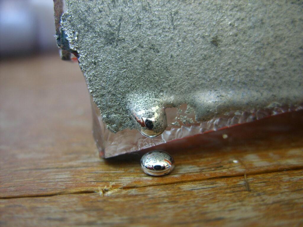 Kviksølv er meget farligt og skal mekanisk indsamles og destrueres.