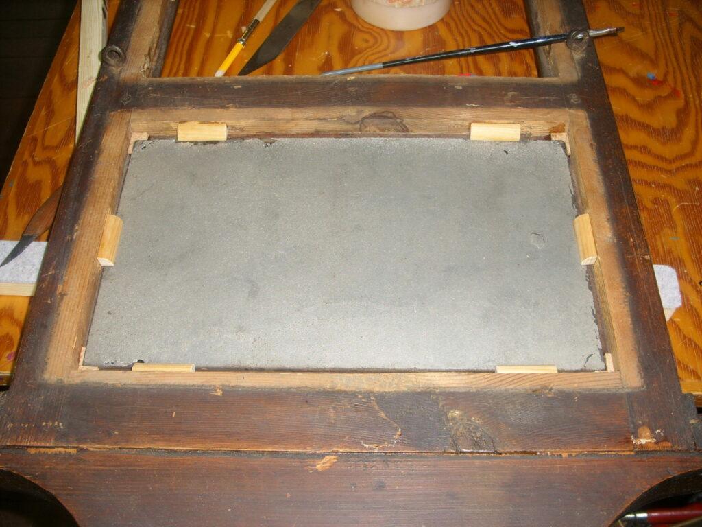 Kviksølvspejlet monteres med kork i hjørner på inderside i fals