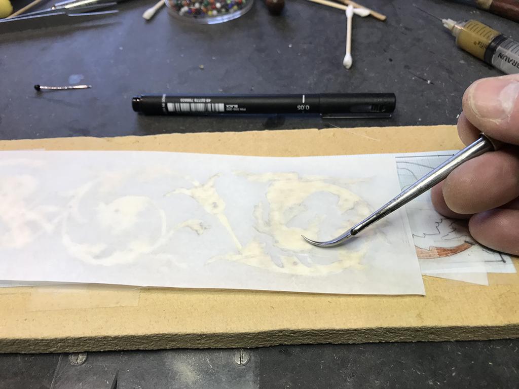 Papir knides fast i limen
