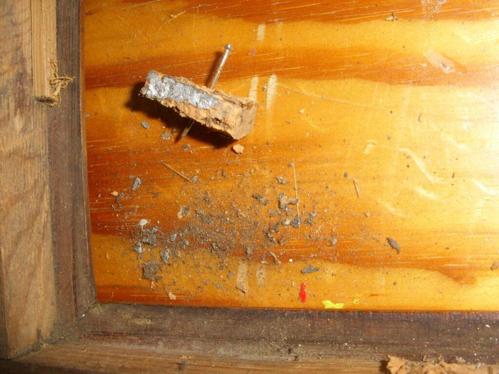 Små klodser som har holdt spejlet viser tegn af kviksølv