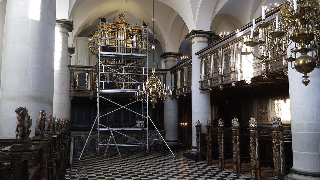Udfordring med stort stillads i lille kirkerum